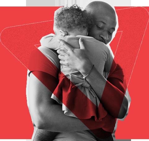 Foto em preto e branco de um homem negro abraçando um bebê. Em torno deles, há um elemento gráfico triangular na cor vermelha.