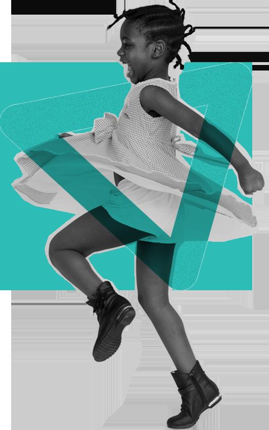 Foto em preto e branco de uma menina negra. Ela sorri e balança o corpo em um vestido esvoaçante. Em torno dela, há um elemento gráfico triangular na cor azul.