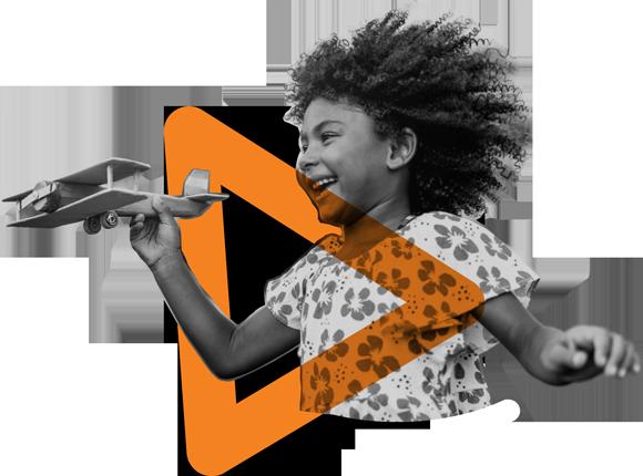 Foto em branco e preto de uma menina negra. Ela sorri e brinca com um avião de madeira. Em torno dela, há um elemento gráfico triangular na cor laranja.