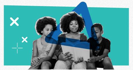 Colagem de uma mulher negra lendo um livro para duas crianças negras.