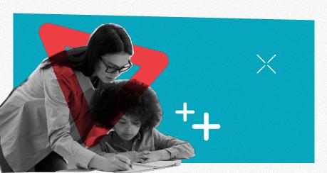 Colagem de uma professora branca ensinando uma criança negra, que está sentada em uma carteira escolar.