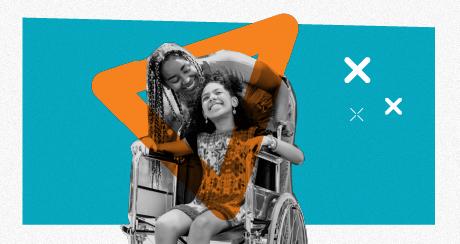 Colagem de duas jovens interagindo e sorrindo. Uma delas está sentada em uma cadeira de rodas.