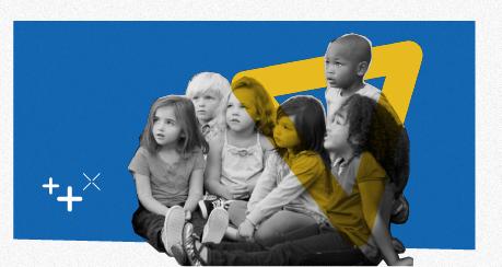 Colagem de seis crianças sentadas. Elas olham e observam atentas para o mesmo lado.