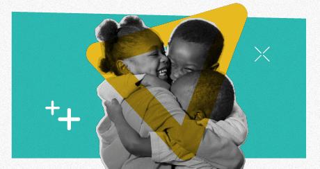 Colagem de três crianças negras sorrindo e se abraçando, formando um círculo.