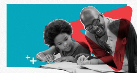 Colagem de um professor negro dando aula a duas crianças, uma negra e uma branca. Eles olham para um caderno que está aberto em uma mesa.