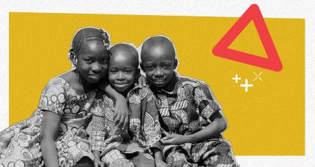 Colagem com foto em preto e branco de três crianças africanas, que estão abraçadas e sorrindo para a foto.