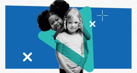 Colagem com a foto de uma menina negra e uma menina branca brincando. Elas sorriem para a foto.