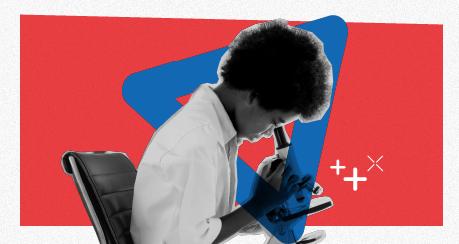 Colagem de um menino negro fazendo observações com o uso de um microscópio.